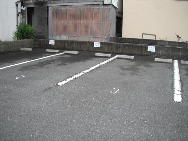 当院の駐車場、もう一つ増えました。医院敷地に3台、医院の南20mのところに3台ございます。
